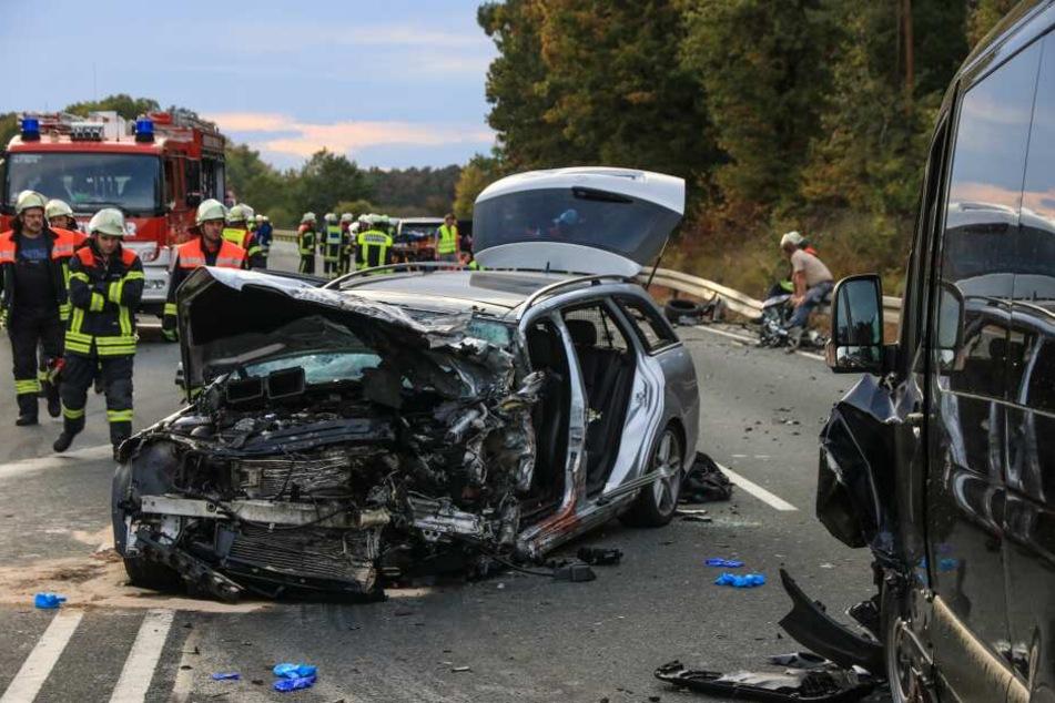 Trotz Überholverbot: Mercedes-Fahrer rast in Gegenverkehr und tötet Familienvater