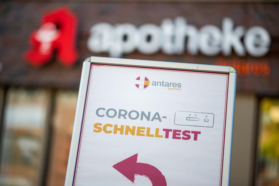 Ein Aufsteller wirbt vor einer Apotheke für einen Corona-Schnelltest.