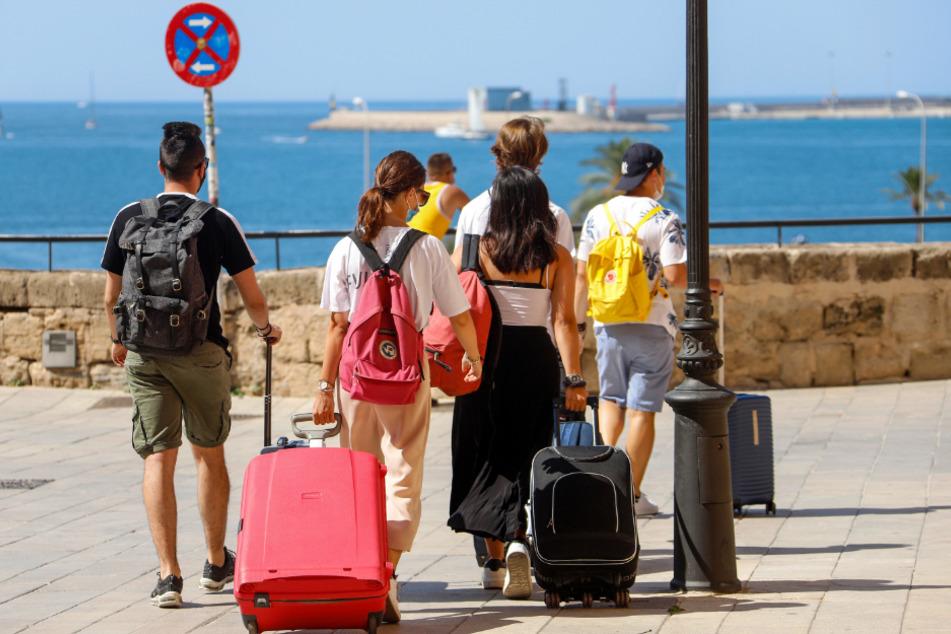 Spanien, Palma: Touristen gehen mit ihren Rollkoffern durch die Stadt. Angesichts steigender Corona-Zahlen geht auch auf Mallorca und den anderen Balearen-Inseln die Angst um, zu einem Corona-Risikogebiet erklärt zu werden.