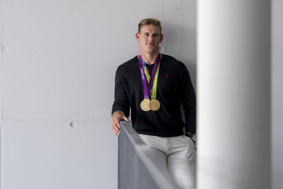 Stolz präsentiert Karl Schulze seine bisherigen Goldmedaillen. Kommt in Tokio ein weiteres Edelmetall dazu?