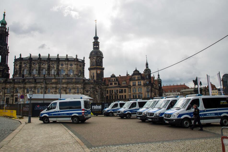 Rund um den Theaterplatz in Dresden war die Polizei bereits in den Morgenstunden präsent.