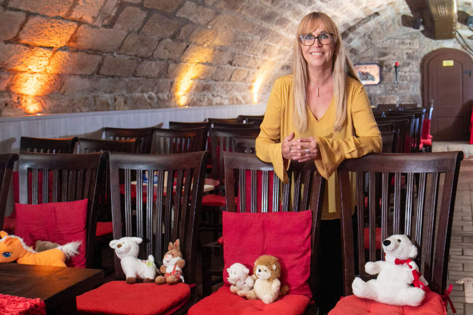 """Mit Plüschtieren markiert Heike Jack (55) im """"Comedy & Theater Club"""", welche Plätze nicht besetzt werden dürfen."""