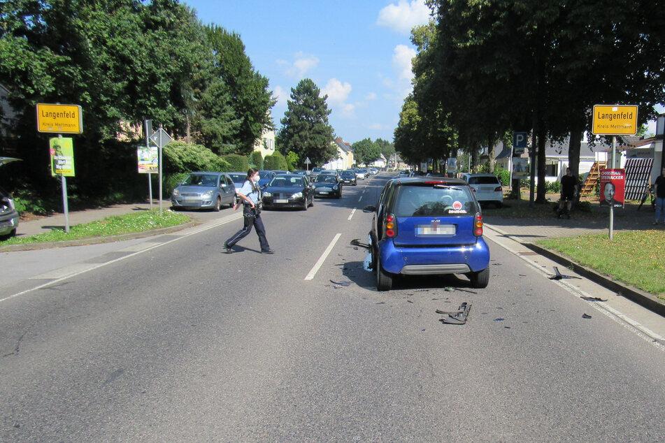 Die Polizei sicherte nach dem Auffahrunfall in Langenfeld (Kreis Mettmann) zwischen einem Smart und einem Opel Corsa die Unfallstelle.