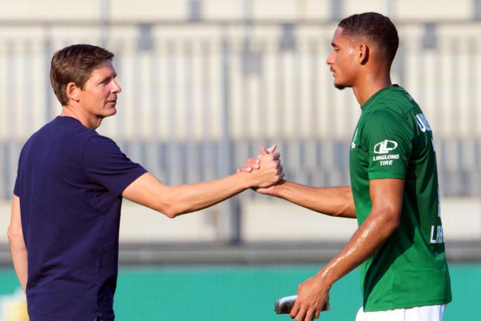VfL-Coach Oliver Glasner (l.) musste den unzufriedenen Maxence Lacroix nach seinem Pflichtspieldebüt für Wolfsburg im Pokal nach dem Schlusspfiff aufrichten.