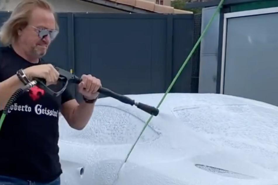 Robert Geiss (56) legt bei seinen Luxus-Autos auch selbst Hand an und wäscht sie.