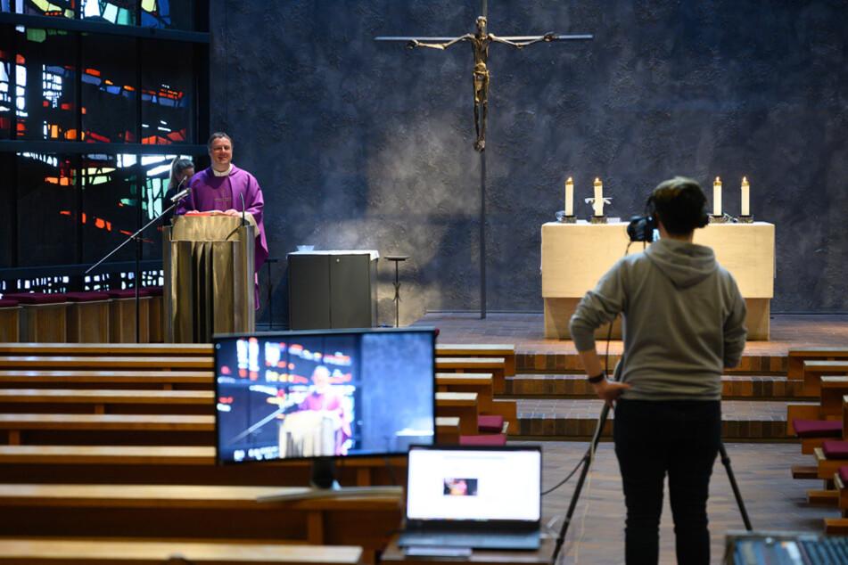 Gottesdienste können derzeit im Internet und im Fernsehen verfolgt werden. (Archiv)