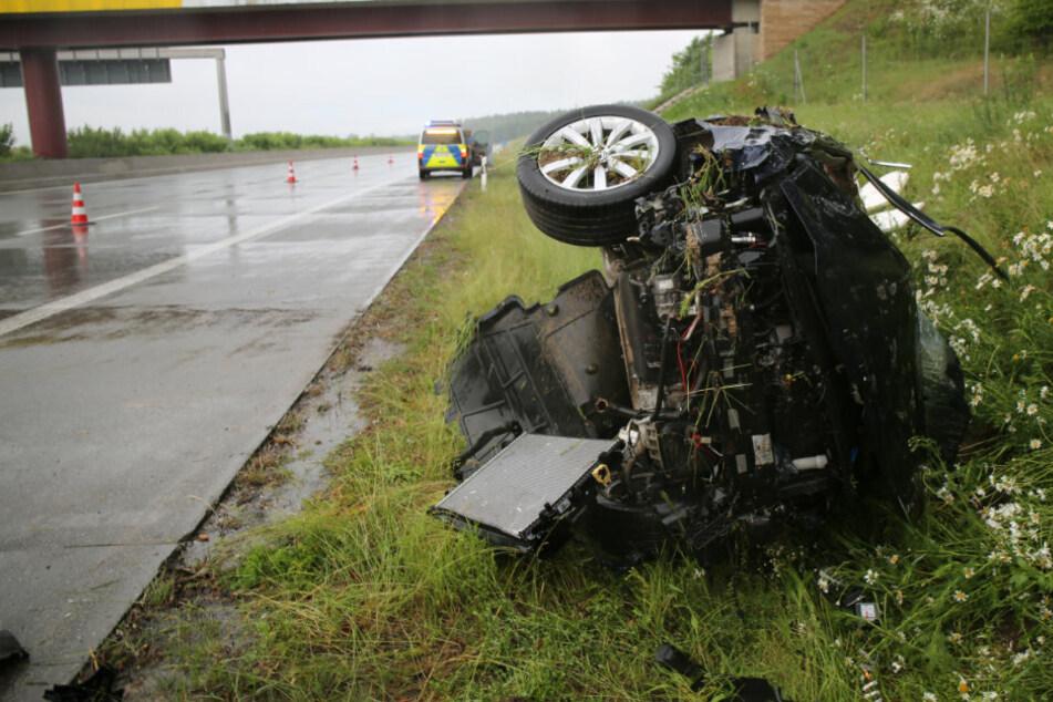 Bei Starkregen: VW-Fahrer kommt von Autobahn ab und überschlägt sich mehrfach