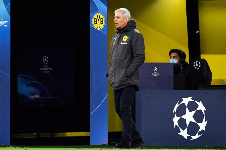 BVB-Coach Lucien Favre (62) forderte seine Elf von draußen immer wieder auf, über die Außen zu spielen. Die Spieler konnten diese Vorgabe aber nicht umsetzen.