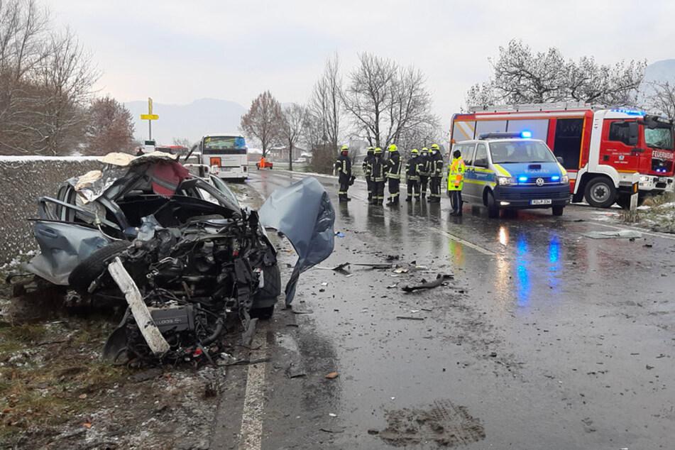 Das zerstörtes Auto steht an der Unfallstelle im Landkreis Traunstein.