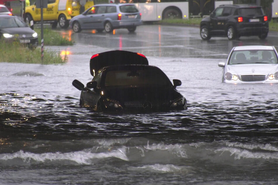 Nach dem heftigen Dauerregen kämpfen die Einsatzkräfte mit den Folgen des Unwetters. Wie hier in Köln wurden vielerorts Straßen überschwemmt.