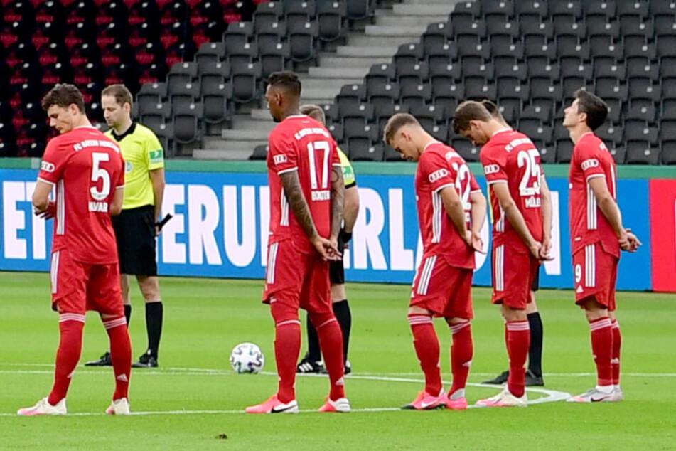 Spieler des FC Bayern München stehen bei einer Schweigeminute auf em Platz. (Archivbild)