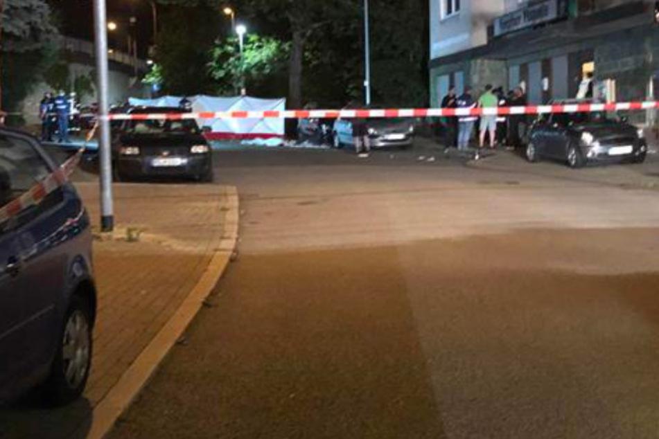 Betrunkener rast vor Gaststätte in Menschengruppe: Ein Toter, sechs Verletzte