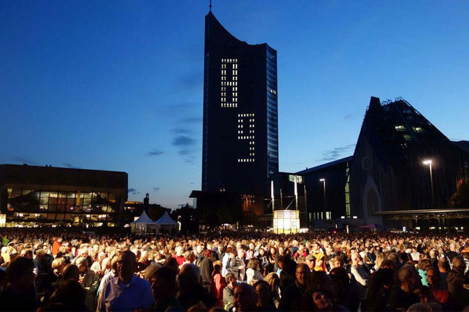 Das Lichtfest erinnert in jedem Jahr auf dem Leipziger Augustusplatz an die Friedliche Revolution.