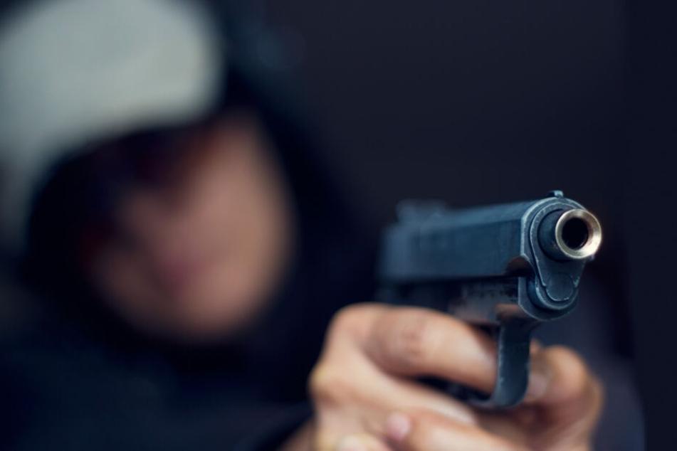 Bewaffneter Räuber auf der Flucht: Polizei fahndet mit Hubschrauber