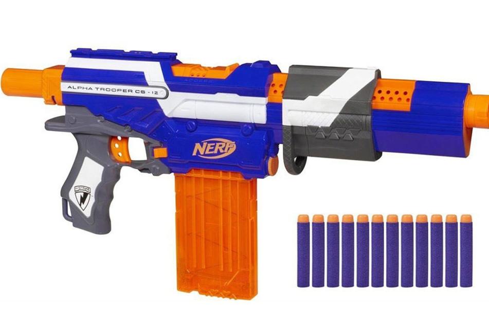 """Mit einer solchen sogenannten """"Nerf""""-Waffe soll der Mann das Wohnhaus an der Pfingstweide betreten haben."""