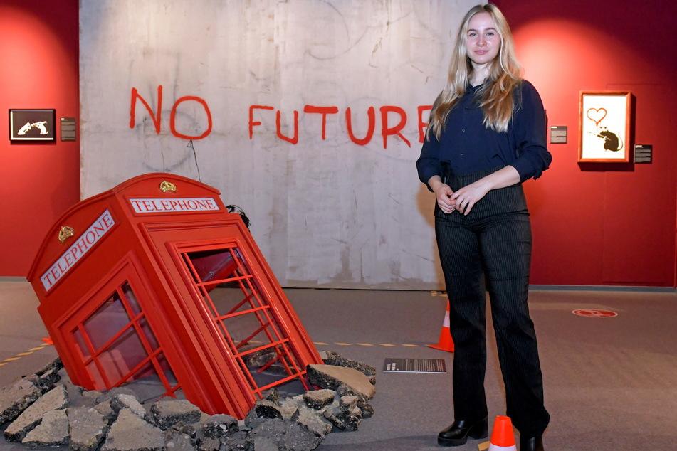 """Kuratorin Virginia Jean vor der """"ermordeten"""" Telefonzelle: """"Death of a Phone Booth"""" (2006)."""