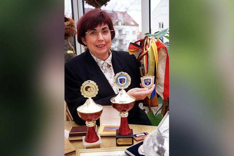 Jutta Horezky 1999: Stolz zeigt die Dresdnerin ihre Rallye-Medaillen und Pokale.