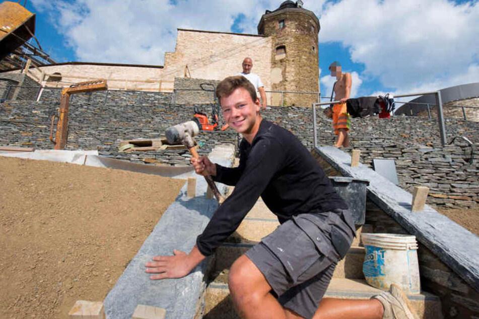 Die Schlossterrassen in Plauen werden saniert. Auch Lehrling Cederic Mocker (16) von der Firma Steinwerke Schmidt schwingt den Hammer, damit die Natursteine richtig sitzen.