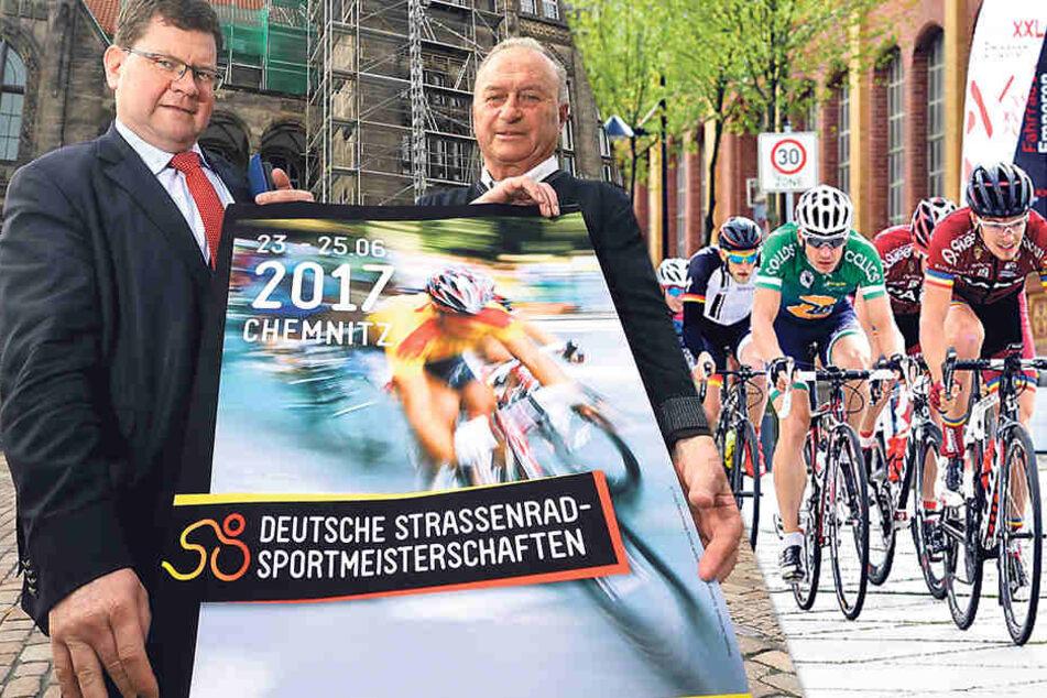 Bürgermeister Philipp Rochold (55, parteilos) und Roland Kaiser (77) vom Polizeisportverein haben für das größte Radrennen des Jahres jede Menge Helfer organisiert.