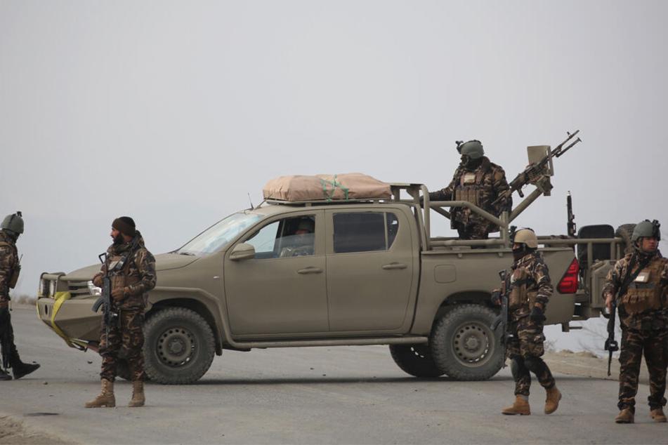 Der Mann soll unter anderem Wache geschoben und Fahrzeuge kontrolliert haben. (Im Bild: afghanische Sicherheitskräfte)