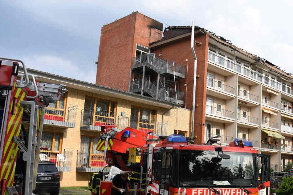 Ein Fahrzeug der Feuerwehr steht vor einem Pflege- und Altenheim.