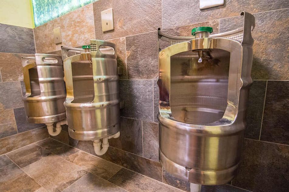 Besonders die neuen Pissoirs, gefertigt aus Bierfässern, sorgten für Aufsehen.