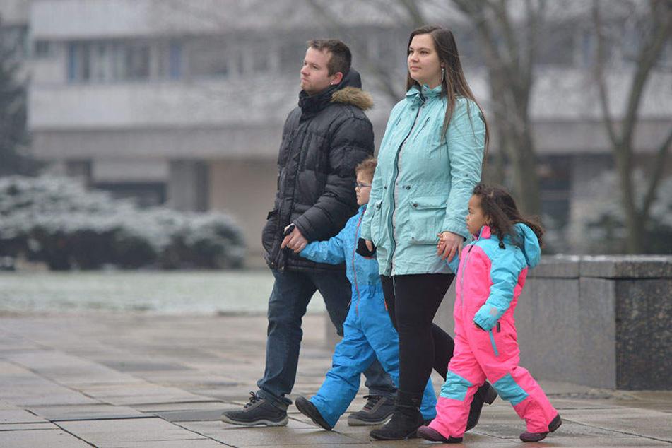 Verärgert: Roy (29) und Sandra S. (27) samt Sohn Damian (6) und Tochter Shayloh (3).
