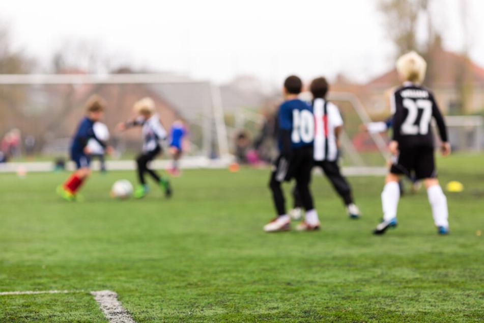 Vorbestrafter vergeht sich während Fußballturnier an Kind (8)