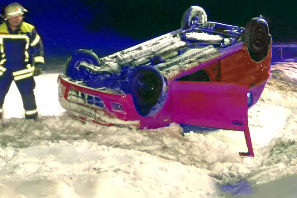 Schnee in Bayern: Auto überschlägt sich und bleibt auf dem Dach liegen