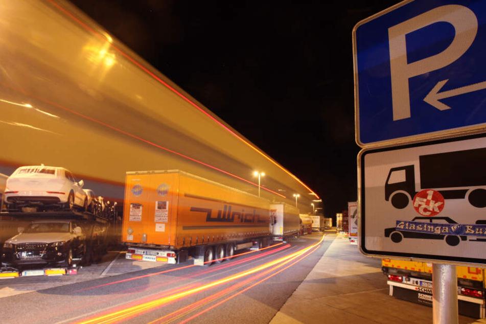 Zu Fuß auf der Autobahn: Reisegruppe läuft nachts die A9 entlang