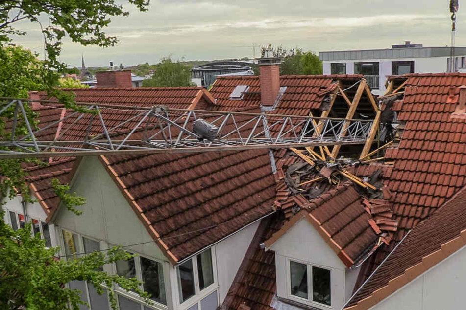 Der Kran riss ein großes Loch in das Dach des Wohnhauses.