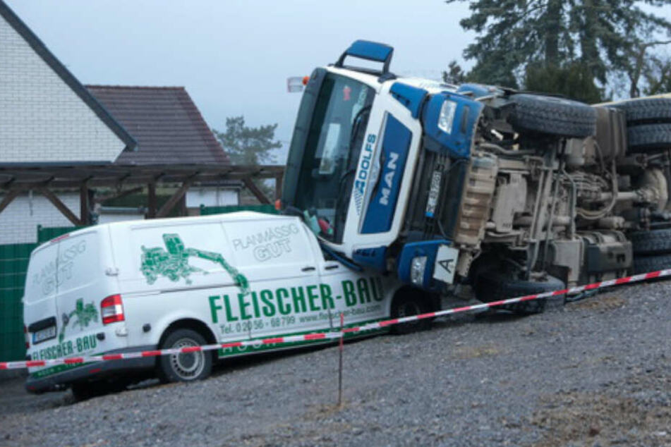 Volle Ladung: Laster kippt auf Transporter!