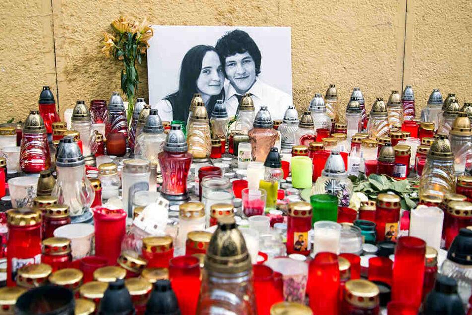 Kerzen stehen zur Trauerbekundung nach dem Mord an einen Investigativ-Journalisten Jan Kuciak und seiner Verlobten am National Uprising Square in Bratislava.