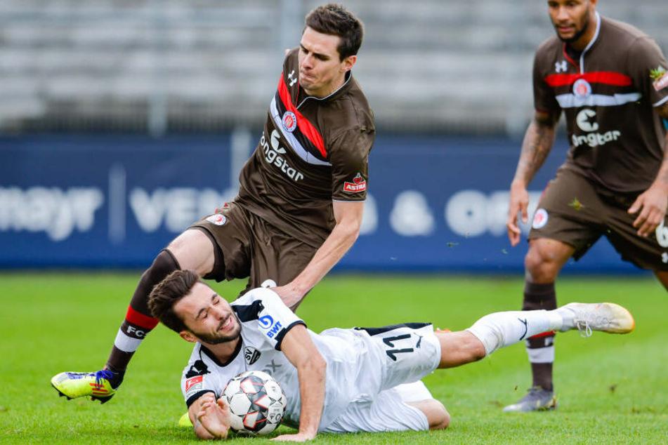 St. Paulis Johannes Flum (links) und Sandhausens Fabian Schleusener kämpfen um den Ball, doch der Einsatz lohnte sich für den FC St. Pauli nicht.