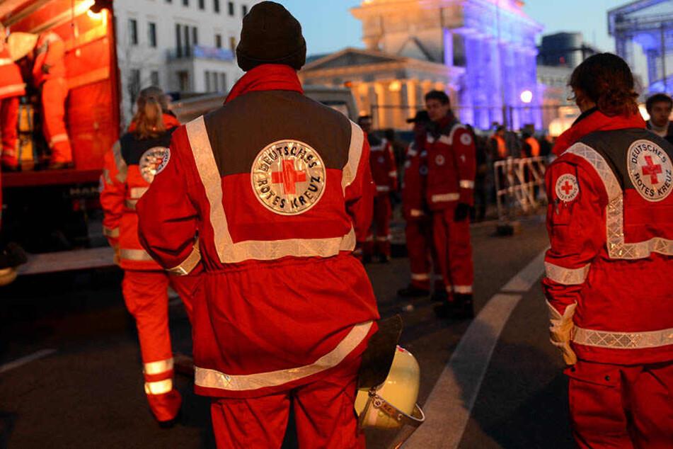 Rettungskräfte wollten einer hilflosen Person helfen, Randalierer bewarfen sie mit Böllern. (Symbolbild)