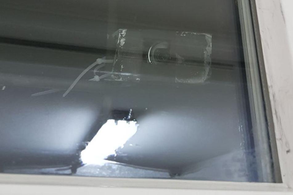 Direkt in die Dusche gaffte das unheimliche Kamera-Objektiv.