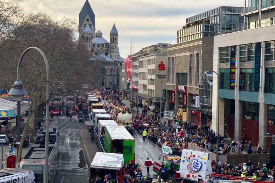 Das Festkomitee in Köln hat traditionell auf dem letzten Wagen des Rosenmontagszugs das Motto für die neue Session enthüllt.