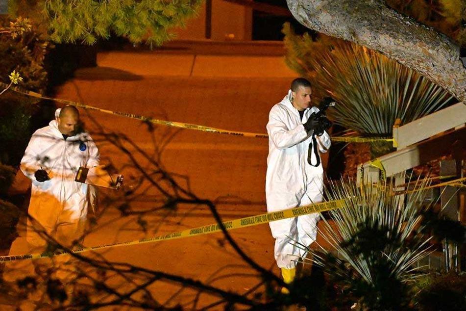 Mitarbeiter der Spurensicherung untersuchen einen Bereich nahe der Bar, in der ein Mann auf Gäste geschossen hatte.