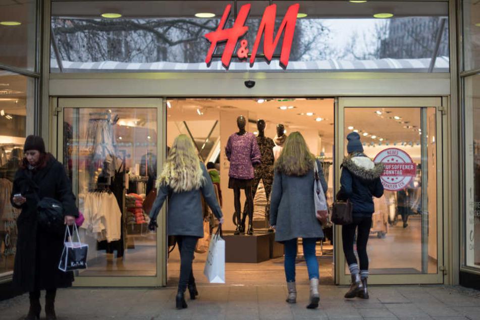 H&M will wegen Umsatzeinbußen Filialen schließen (Symbolbild).