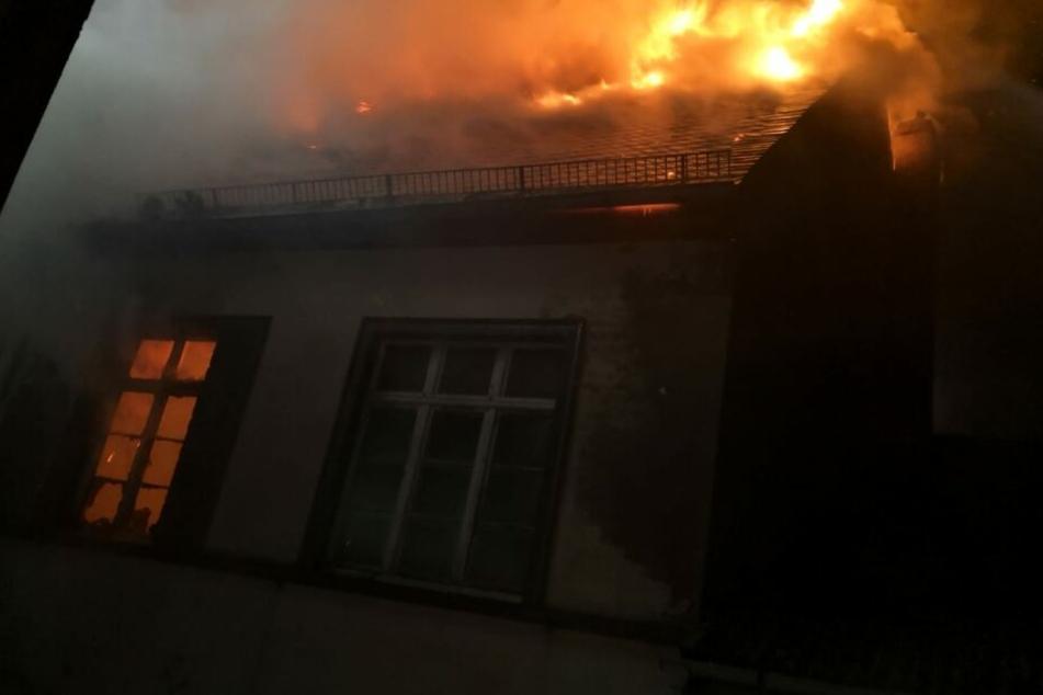 Angsteinflößende Flammen bahnen sich ihren Weg durch den Dachstuhl.