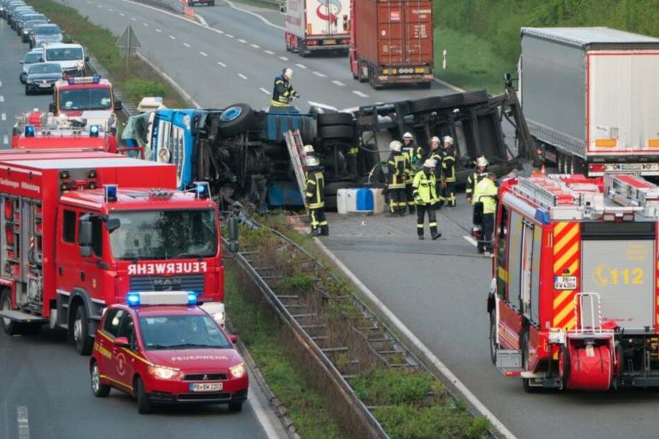 Die Polizei musste die Autobahn nach dem Unfall sperren.