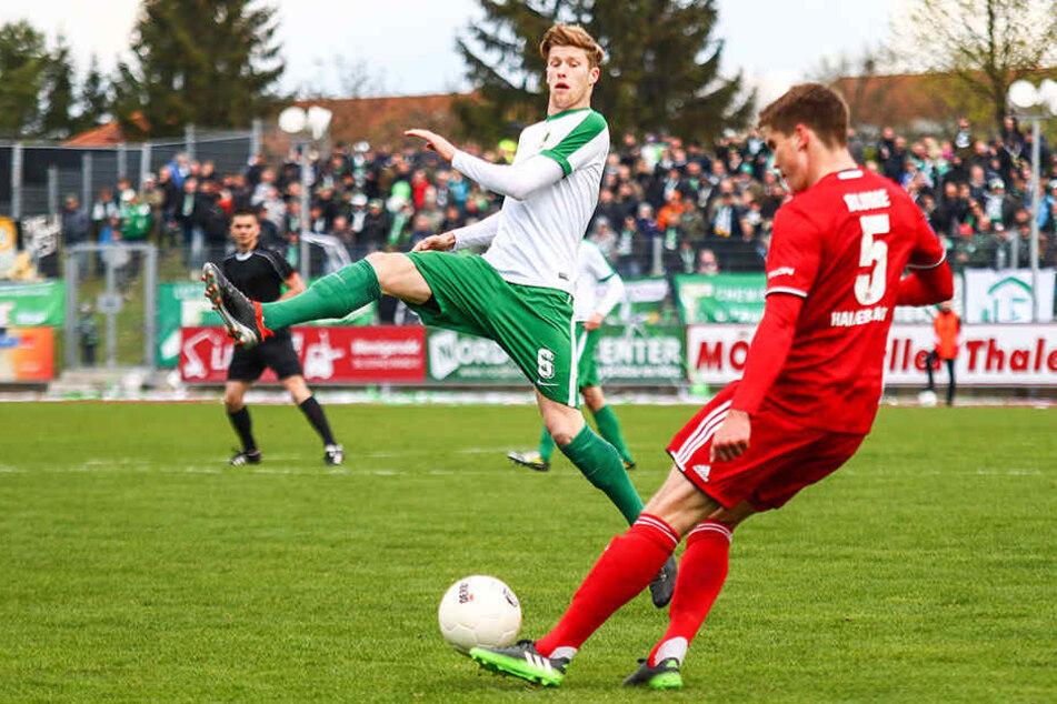 Voller Einsatz von Leipzigs Alexander Bury (links). Mit dem Punktgewinn beim VfB Germania Halberstadt verteidigten die Chemiker die Tabellenführung in der Oberliga.