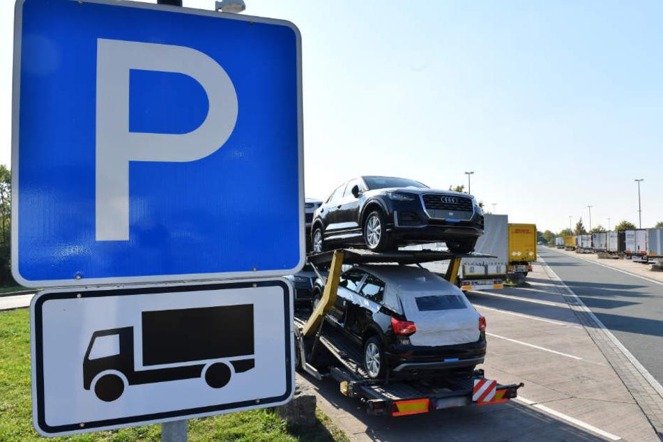 Lkw stehen auf dem Parkplatz der Raststätte Eichelborn-Nord an der A4 zwischen Weimar und Erfurt.
