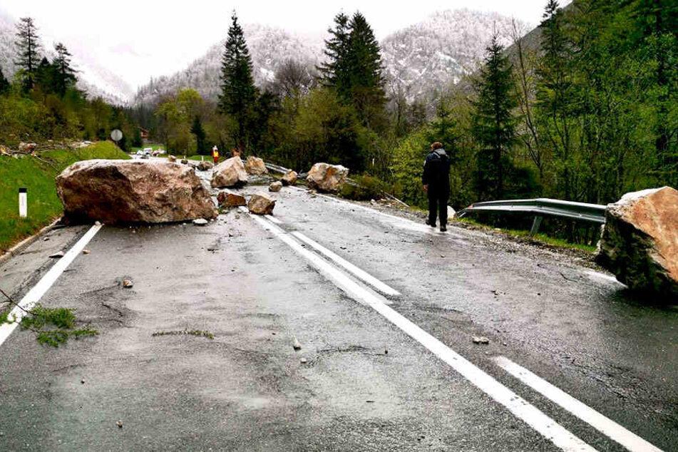 Aus den Gebirgshöhen hatten sich Gesteinsbrocken gelöst und schlugen auf dem Asphalt auf.