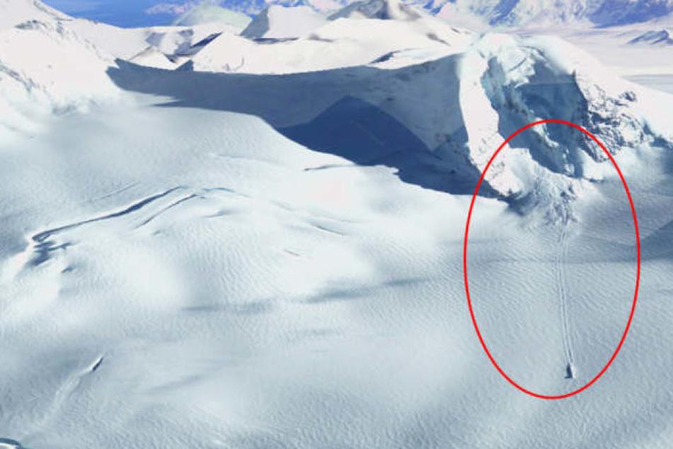 Satelliten-Bilder zeigen ein mysteriöses Objekt, was parallele Spuren hinter sich herzieht.