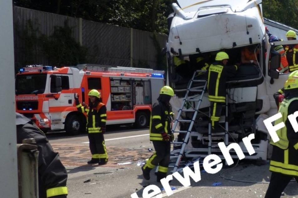Ein Rettungshubschrauber musste den eingeklemmten Fahrer in ein Krankenhaus transportieren.