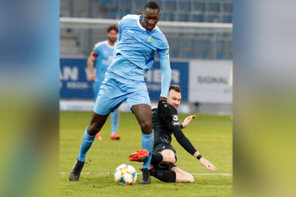 CFC-Stürmer Tarsis Bonga setzt sich im Zweikampf gegen den Uerdinger Kevin Großkreutz durch. Drei Tore sind ihm in der Saison bisher gelungen, bis zum Sommer sollen noch einige hinzukommen.