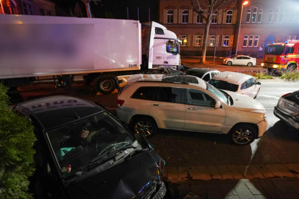 Der Lastwagen rammte mehrere Autos.