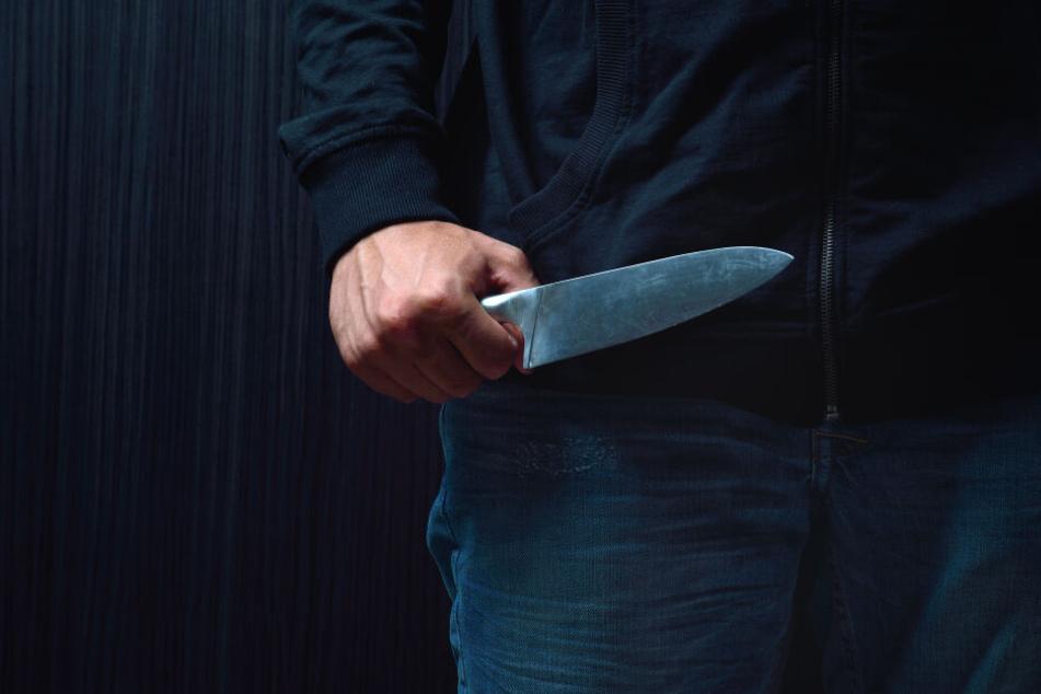Räuber überfallen Jugendlichen und stechen mit Messer zu