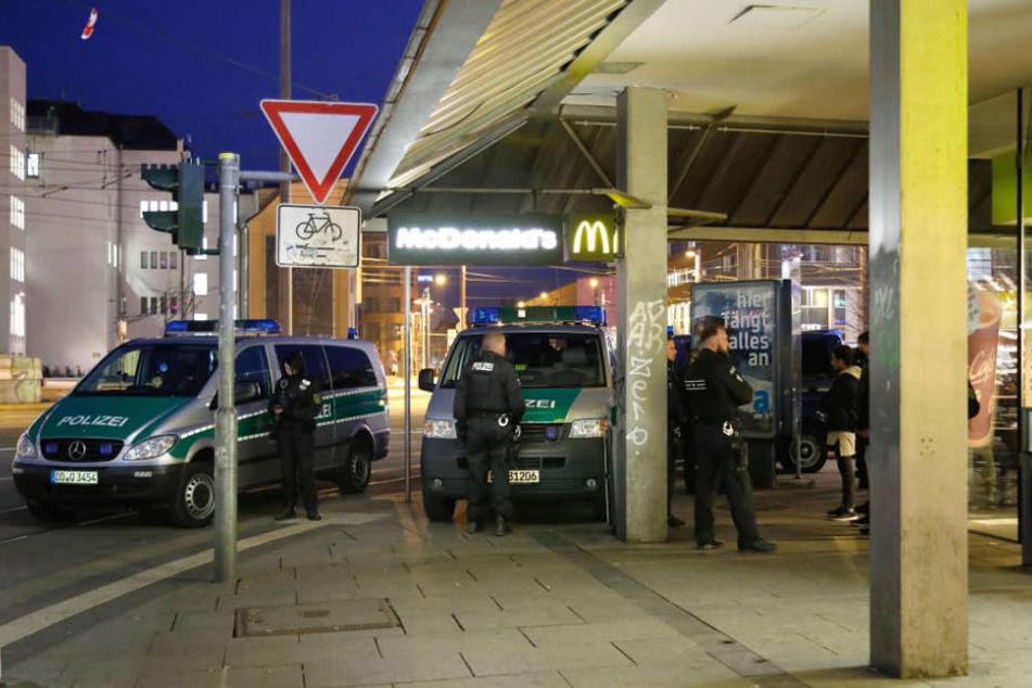 Razzia an der Zenti! Dutzende Beamte kesseln Jugendliche vor McDonald's ein